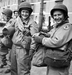 Italy—Red Cross clubmobile worker with coffee and donuts for returning U. Photo by Ollie Atkins Red Cross Volunteer, Jeep, 1940s Woman, Brave Women, American Red Cross, Female Soldier, Military Photos, Second World, D Day