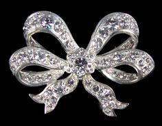Queen Victoria's diamond bow brooch - this is still worn by Queen Elizabeth II today. Queen Victoria commissioned multiple bows and left them to the crown in her will. Royal Tiaras, Tiaras And Crowns, Victoria And Albert, Queen Victoria, Antique Jewelry, Vintage Jewelry, British Crown Jewels, Queens Jewels, Diamond Bows