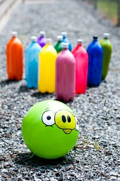 Juega a los bolos estilo Angry Birds con una pelota y unas botellas de colores / Play Angry Birds bowling with an Angry Birds ball and some coloured bottles