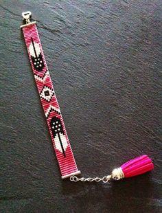 Bracelet tissé à la main. Composé de perles Miyuki rose, argenté, noir et blanc.  Bracelet manchette tissée à la main par mes soins ! Fermeture réglable grâce à une chaînette d'extension terminée par un pompon en suédine, longueur maxi environ 18 cm. Bead loom