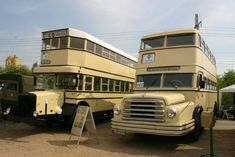 Ein Do 54, der 1956 im Waggonbau Bautzen gefertigt wurde und ein Büssing D2 aus dem Jahr 1934. Beide busse gehören zum Bestand des Denkmalplege-Verein Nahverkehr Berlin e.V. Bei der BVG hatten sie die Wagen Nr. 698 und 929; Werdau, 05.05.2007