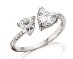 Der Ring hat eine Mindestgröße von 17mm (=Durchmesser) und kann an jede darüberliegende Fingergröße durch einfaches Auseinanderziehen spielerisch von selbst angepasst werden. Der Ring fasst zwei Herzen aus Kristall, die sich gegenüberstehen. Er ist perfekt verarbeitet und besticht anhand seiner tollen Qualität. Dieser Echt-Silber-Ring ist das ideale Geschenk für eine Dame. Er ist ein echter Liebesbeweis und ist für jede Fingergröße geeignet
