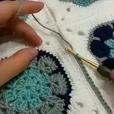 Hottest Photo Crochet Bag videos Concepts como fazer croche passo a passo casaquinho de bebe em croche passo a passo cropped de croche passo Crochet Quilt, Crochet Blocks, Crochet Motif, Free Crochet, Knit Crochet, Beginner Crochet, Crochet Sheep, Crochet Flowers, Crochet Square Patterns