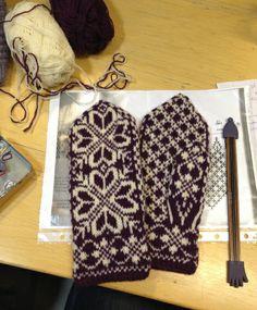 På sundagskveld satt eg vakt på treningssenteret for Telemark- og alpingruppa på skulen. Møtte masse kjentfolk og fekk strikka ferdig eit par vottar som eg skal sende til min kusine. Ho spurte om e… Knit Mittens, Knitting Socks, Mitten Gloves, Hand Knitting, Knitting Patterns, Knit Socks, Motif Fair Isle, Knit Stranded, How To Start Knitting