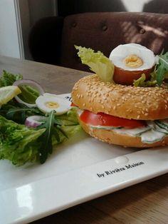 Broodje van de maand (Maart):  Sesambagel met huisgemaakte komkommersalade met tomaat en een ei, die hoort erbij.