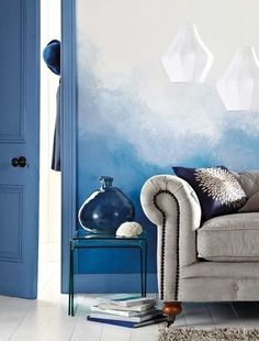 Ombre Interior Design Trend Ombre painted walls are also a trend in home improvement. Pick a shade and go from dark to light to give your walls a unique look. Inspiration Wand, Home Decor Inspiration, Ombre Painted Walls, Ombre Walls, Interior Design Trends, Classic House, Blue Walls, Interiores Design, Chinoiserie