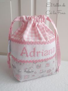 Cá la Fina. Canastilla personalizada 3 Christmas Crafts Sewing, Diy Bags Patterns, Baby Girl Clipart, Homemade Bags, Fabric Basket Tutorial, Fabric Gift Bags, Baby Burp Cloths, Creation Couture, String Bag