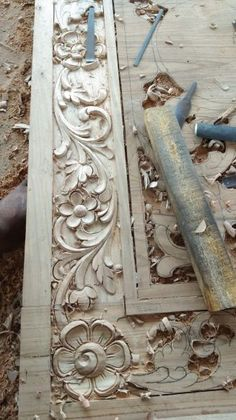 woodworking workbench Özcan Temel oezcantemel Elsanatları As a woodworker, you may have realized that finding the right detailed plans to build some custom projects to meet specific needs can be very difficult. This is among the most common problems Wood Carving Designs, Wood Carving Patterns, Wood Carving Art, Wood Art, Wood Carvings, Wooden Front Door Design, Wood Design, Design Table, Design Design