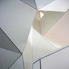 Jasna wstęga przecinająca z góry na dół całą przestrzeń zapewnia nie tylko komunikację w wielopoziomowym apartamencie, ale także jego dobre oświetlenie. Mało tego, jest także głównym elementem dekoracyjnym wnętrza.  'Wielofunkcyjna' klatka schodowa zaprojektowana przez architektów z czeskiej pracowni EDIT! to rzeźbiarska struktura nawiązująca swoją formą do tradycji czeskiego kubizmu. http://sztuka-wnetrza.pl/512/artykul/kubistyczna-klatka