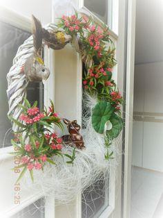 Velikonoce-věnec Floral Wreath, Wreaths, Home Decor, Decoration Home, Room Decor, Bouquet, Flower Band, Interior Decorating, Floral Arrangements