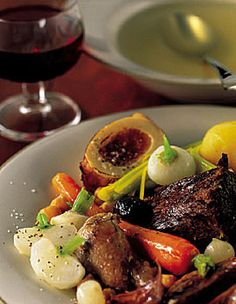 Pot-au-feu à la Provençale - Make with bone marrow, ox tail and/or beef shank Seafood Recipes, Wine Recipes, Crockpot Recipes, Great Recipes, Classic French Dishes, French Food, Western Food, Fast Easy Meals, Slow Cooker Recipes