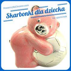 Prześliczna skarbonka w kształcie misia trzymającego piłeczkę, pokryta różową masą plastyczną, będzie cudowną pamiątką dla: chrześnicy, córeczki czy wnuczki. Produkt zrobiony jest z metalu, miś pomalowany jest emalią, a piłeczka i pozostałe detale są posrebrzane.