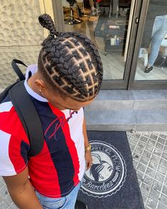 How to style the box braids? Tucked in a low or high ponytail, in a tight or blurry bun, or in a semi-tail, the box braids can be styled in many different ways. Dreadlock Hairstyles For Men, Baby Boy Hairstyles, Black Men Hairstyles, Kids Braided Hairstyles, Hairstyles 2018, Braids With Fade, Braids For Boys, Braids For Black Hair, Cornrows For Boys
