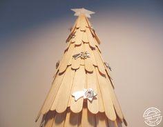 Árvore de Natal feita com cerca de 140 pauzinhos de madeira || Christmas tree made with about 140 wooden chopsticks. Happy Ending :)