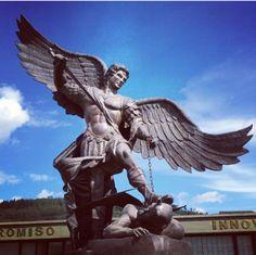 São Miguel Arcanjo. Levanta-te então, o invencível Príncipe, traz ajuda ao povo de Deus contra os ataques dos espíritos perdidos, e dai-nos a vitória.