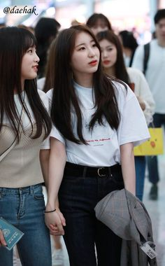 """when will this happen again? chaeyena holding hands at the airport and yena making chaeyeon laugh so hard ✊😔"" Japanese Girl Group, Kim Min, Nanami, Kpop Outfits, The Wiz, Laughing So Hard, Ulzzang Girl, Kpop Girls, Korean Girl"