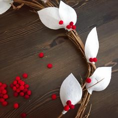 DIY Felt Christmas Wreath Learn how to to make this simple wreath with white felt leaves and faux berries! Felt Wreath, Felt Garland, Diy Garland, Wreath Crafts, Diy Wreath, White Wreath, Diy Christmas Garland, Felt Christmas Ornaments, Christmas Fun