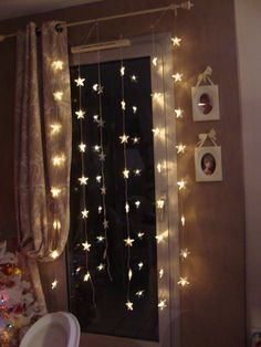 luces cortinas navidad Diy Dorm Decor, Dorm Decorations, Bedroom Decor, Home Decor, Outdoor Christmas, Christmas Lights, Hula Hoop Chandelier, Neon Wallpaper, Curtain Lights