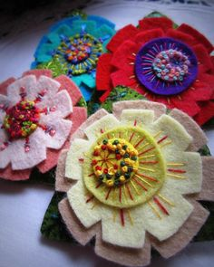felt flowers with stitching Making Fabric Flowers, Felt Flowers, Flower Making, Diy Flowers, Felt Crafts, Fabric Crafts, Sewing Crafts, Diy Crafts, Felt Embroidery