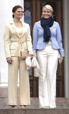 Crown Princess Victoria of Sweden and Crown Princess Mette-Marit of Norway Princess Victoria Of Sweden, Crown Princess Victoria, Royal C, Princesa Victoria, Queen Vic, Michelle Obama Fashion, Sweden Fashion, Swedish Royalty, Royal Dresses