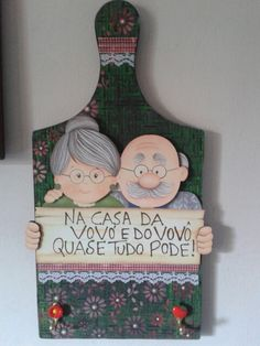 Tabua de Carne Decorada. Por Gislaine Lenk de Lima. Kids Crafts, New Crafts, Diy And Crafts, Tole Painting, Painting On Wood, Grandparents Day Activities, Grandma Cards, Wooden Cutouts, Fathers Day Crafts