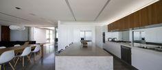 A Richard Neutra-inspired Newcastle house by Bourne Blue Architecture. Caesarstone Raw Concrete, Concrete Slab, Concrete Design, Cement, Bathroom Interior, Interior Design Kitchen, Kitchen Handles, Kitchen Living, Beautiful Interiors