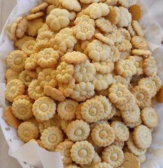birgramtatKurabiye #kurabiyeler  Tarif: 1 paket tereyag veya margarin 250 gr pudra sekeri 3 yumurta 1 paket kabartma tozu 1p. Vanilya Alabildigi kadar un Butun malzemelerle yumusak bir hamur elde edilir.kurabiye makinasiyla veya kaliplarla sekil verilir. 170 dr firinda fazla kizartmadan hafif pembelesinceye kadar kizartilir. Kaliplarla yapanlar hamurun kalin olmamasina dikkat etsinler ince kurabiyeler elde edilirse daha kitir ve lezzetli olur.