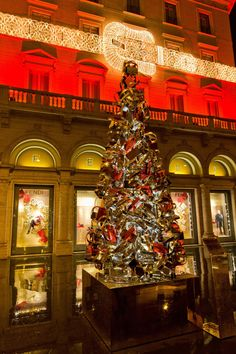 To celebrate the 15th anniversary of the iconic bag designed by Silvia Venturini Fendi, this year the Christmas tree turned into a Baguette tree, which stands in front of Palazzo Fendi in the heart of Rome