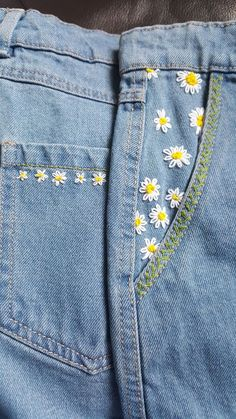 Lazy Daisy Denim Rock Pocket Upgrade – Näh&Strick – Kniff ansonsten Handwerk Was ist Kunsthandwerk… - Dinnerrecipeshealthy sites Embroidery On Clothes, Simple Embroidery, Embroidered Clothes, Hand Embroidery Designs, Embroidery Patterns, Diy Jean Embroidery, Diy Embroidered Jeans, Skirt Embroidery, Jeans With Embroidery