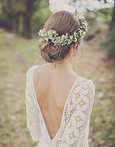 Le chignon bas et la couronne de fleurs