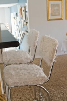 How to tutorial on how to cover bar stools with faux fur. Unique Bar Stools, Diy Bar Stools, Bar Stool Covers, Country Farmhouse, Home Decor Inspiration, Floor Chair, Faux Fur, Kitchen Decor, Sweet Home