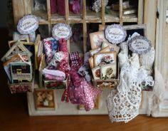 Nno-nostalgie - Arsenic et vieilles dentelles Miniature Rooms, Miniature Furniture, Knitting Room, Haberdashery Shop, Mini Store, Room Store, Shop Interiors, Stalls, Miniture Things