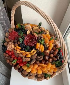 Snack House, Food Bouquet, Creative Wedding Gifts, Party Food Platters, Creative Food Art, Ramadan Gifts, Fruit Decorations, Diy Gift Baskets, Sweet Box