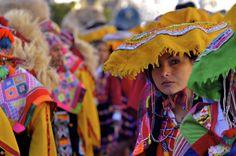 El colorido de los trajes regionales peruanos en el festival de Inti Raymi.    Colorful costumes from Peru. Festival of Inti Raymi.