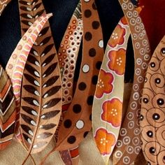 Feuilles peintes, Painted leaves by Bicoca Colors Feuilles peintes, Painted leaves by Bicoca Colors Nature Crafts, Fall Crafts, Crafts For Kids, Arts And Crafts, Deco Nature, Painted Leaves, Painted Feathers, Paper Feathers, Hand Painted