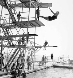 A photo taken in the early shows diving champion Ida Lang performing a beautiful dive on the Olympic Tower. Below her, seated on a board is a young Ned Quakenbush, who is still a Coral Casino member. High Diving, Scuba Diving, Pool Photography, Vintage Photography, Pool Fotografie, Diving Springboard, Vintage Swim, Retro Swim, Beach Cabana