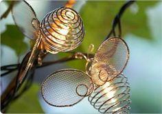 Bee! Estas abelhas iluminadas são peças bonitas e delicadas para decorar varandas e terraços.