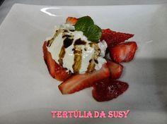 Mousse de mascarpone com morangos marinados com pimenta preta, redução de vinagre balsâmico http://tertuliadasusy.blogspot.pt/2013/04/mousse-de-mascarpone-com-morangos.html