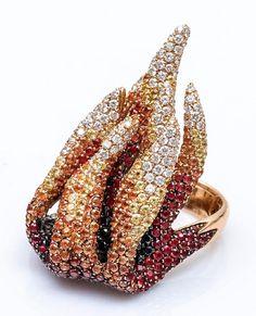 En vente vendredi 13 mai 2016 par Pestel-Debord à Paris : PALMIERO Bague flamme en or jaune 18 carats (750 millièmes) sertie en dégradé de diamants noirs et blancs, de spinelles rouges et de saphirs orange et jaunes. Signée Palmiero J.D. Taille de doigt : 56/57 Poids brut : 34,9 g. Est. 5 000 - 5 500 euros. Serpent, Orange, Mai, Bling, Earrings, Black Diamonds, Friday The 13th, Sapphire, Mathematical Analysis