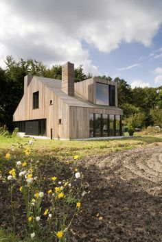 Completed in 2009 in Bosschenhoofd, The Netherlands. The Chimney House in Bosschenhoofd has a simple main volume with a rectangular floor plan and a saddleback roof. The plan is based on the fact that. Architecture Durable, Architecture Résidentielle, Wooden Facade, Casas Containers, Dutch House, Design Exterior, Modern Farmhouse Exterior, Modern Barn, House Roof