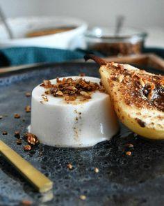 Panna cotta au lait de coco et poires rôties aux épices d'hiver. Une recette à index glycémique bas, sans gluten, sans lactose, paléo et vegan.