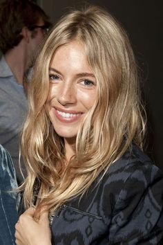 SIENNA MILLER – Relaxed blonde waves