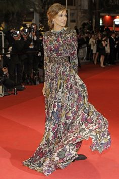 Looks like SJP in Elie Saab on the red carpet. How does he turn a floral print into a red carpet gown?