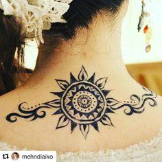 #follow us @hennafamily#hennafamily #Repost @mehndiaiko 先日のジャグアタトゥー 首に太陽 今週からヘナアートスクール始まった生徒さんに授業後に描きました(_) ヘナでは染まりにくい場所もジャグアなら綺麗に染まっていいですね しばらくお天気悪かったので気圧のせいか気分も落ち込みがちでしたが 太陽のモチーフ描くと元気もらえます #ジャグアタトゥー#ジャグア#ボディペイント#ヘナアート #メヘンディ#ヘナタトゥー #京都#スクール#ワークショップ#mehndiaiko#henna #mehendi