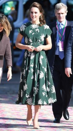 drops a tomato then eats it from the FLOOR at Chelsea Flower Show Kate chose the perfect dress for the occasion - green with a classic white floral print.Kate chose the perfect dress for the occasion - green with a classic white floral print. Kate Middleton Outfits, Looks Kate Middleton, Estilo Kate Middleton, Princess Kate Middleton, Kate Middleton Earrings, Pippa Middleton, Princess Diana, Chelsea Flower Show, Duchesse Kate