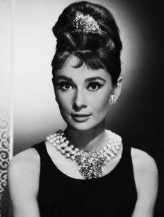 Audrey Hepburn as Holly Golightly in Breakfast at Tiffany's, Rocking a bouffant hairdo! Audrey Hepburn Mode, Audrey Hepburn Outfit, Katharine Hepburn, Aubrey Hepburn, Audrey Hepburn Breakfast At Tiffanys, Glamour Hollywoodien, Hollywood Glamour, Classic Hollywood, Old Hollywood