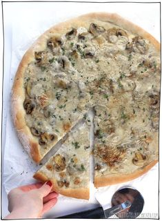 Creamy Vegan Coconut Mushroom Pizza This decadent mushroom lovers pizza is covered in a rich dairyfree coconut sauce that bubbles and browns to perfection in the oven Vegan Pizza Recipe, Pizza Recipes, Veggie Recipes, Vegetarian Recipes, Veggie Food, Traditional Italian Dishes, Mushroom Pizza, Coconut Sauce, Mushrooms