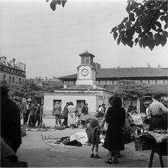 La place d'Aligre et les brocanteurs du petit marché aux puces qui, à l'époque, s'y tenait chaque jour. Une photo de Charles Prost , juin 1952 (© INA).