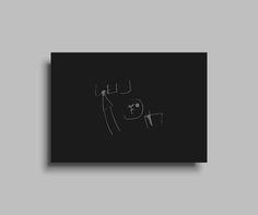 家族のインテリア  絵を描くことが身体感覚と直結し、踊るように線を描き出していく子どもたち。 そんな子どもの落書きは、描いては放置され、いつのまにか捨てられてしまう。しかしここには、人類にとっての本質的な何か、アートの根源ともいえる世界がある。 ピカソの絵には法外な値段がつく。誰もが、そういうものには高いお金を払う。ところが、我が家の中に、すでにアートの本質は存在している。  放っておくとゴミとして廃棄されていく子どもたちの絵を各家庭から収集し、それらをデジタルデータ化する。さらに「リビングに飾れるインテリア」としてグラフィックポスターへと展開。家族を繋ぐイメージとして、残しておくプロジェクト。