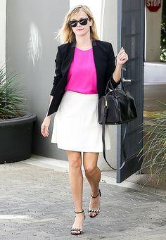 Modische Stars: Mit einem neonpinken Oberteil zum minimalistischen Schwarz-Weiß-Look setzt Reese Witherspoon farbliche Akzente.